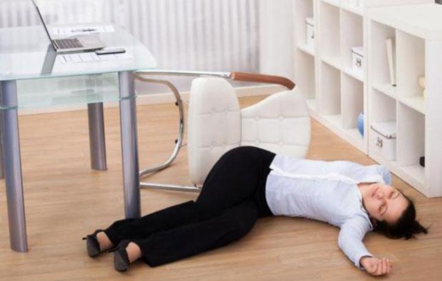 Jovem desmaia com a chegada da segunda-feira