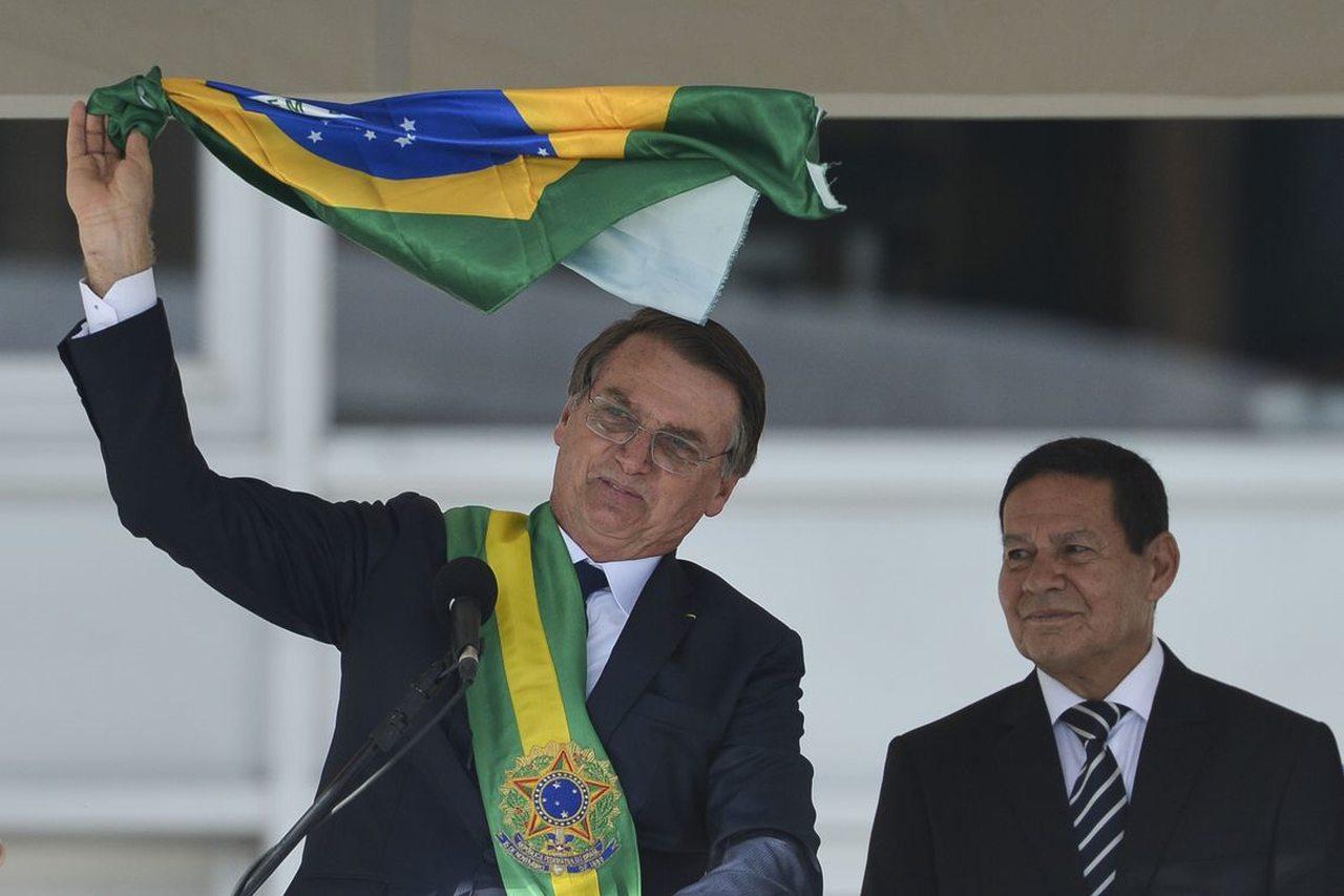 Após pronunciamento de Bolsonaro, Mourão é visto medindo tamanho da faixa