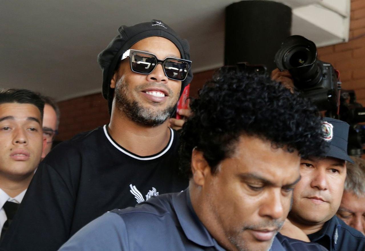 Após dar caneta em delegado, pena de Ronaldinho é aumentada