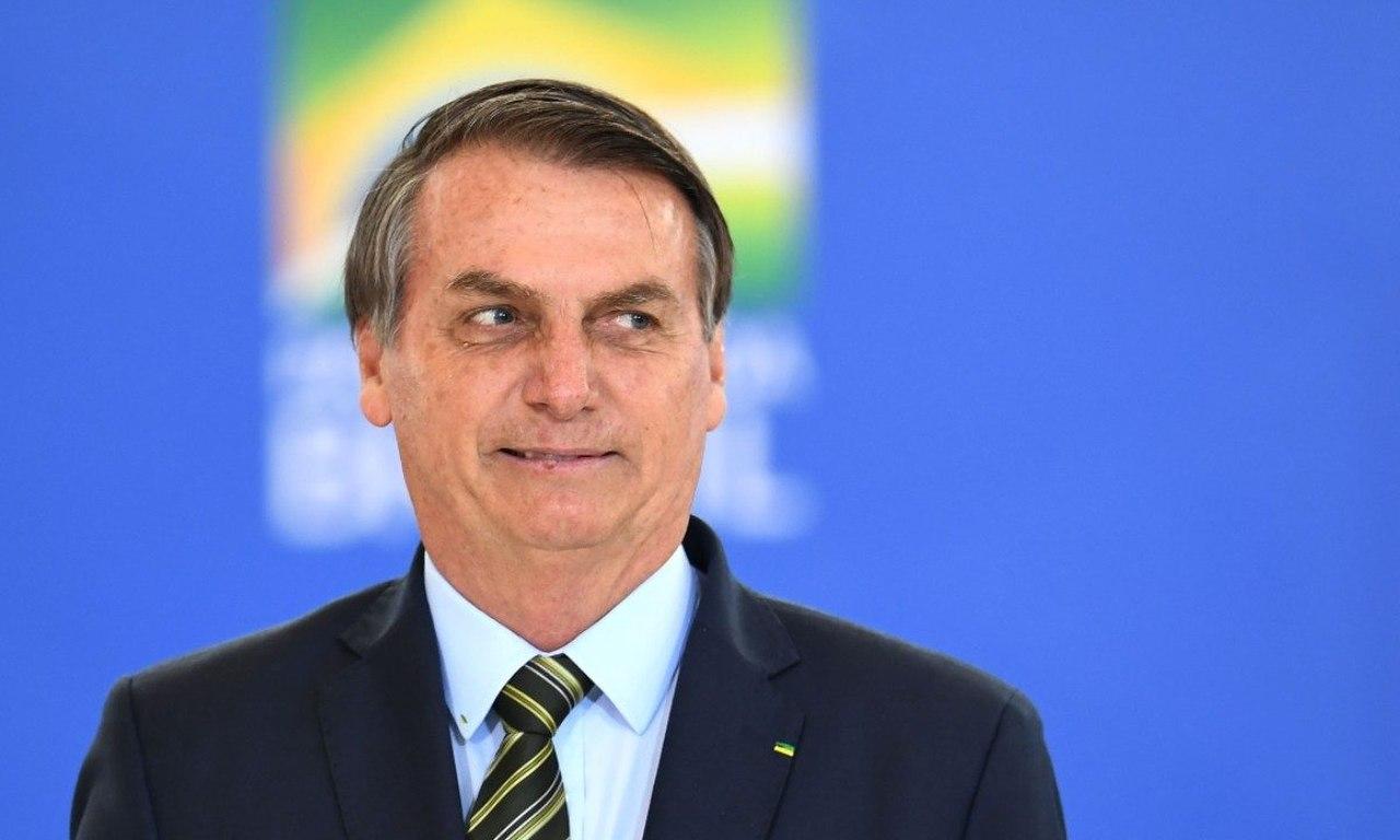 Bolsonaro lança decreto que proíbe e-girls em todo país