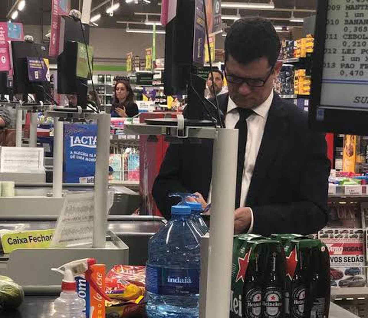 Moro já teria sacado auxílio emergencial e é flagrado fazendo compras