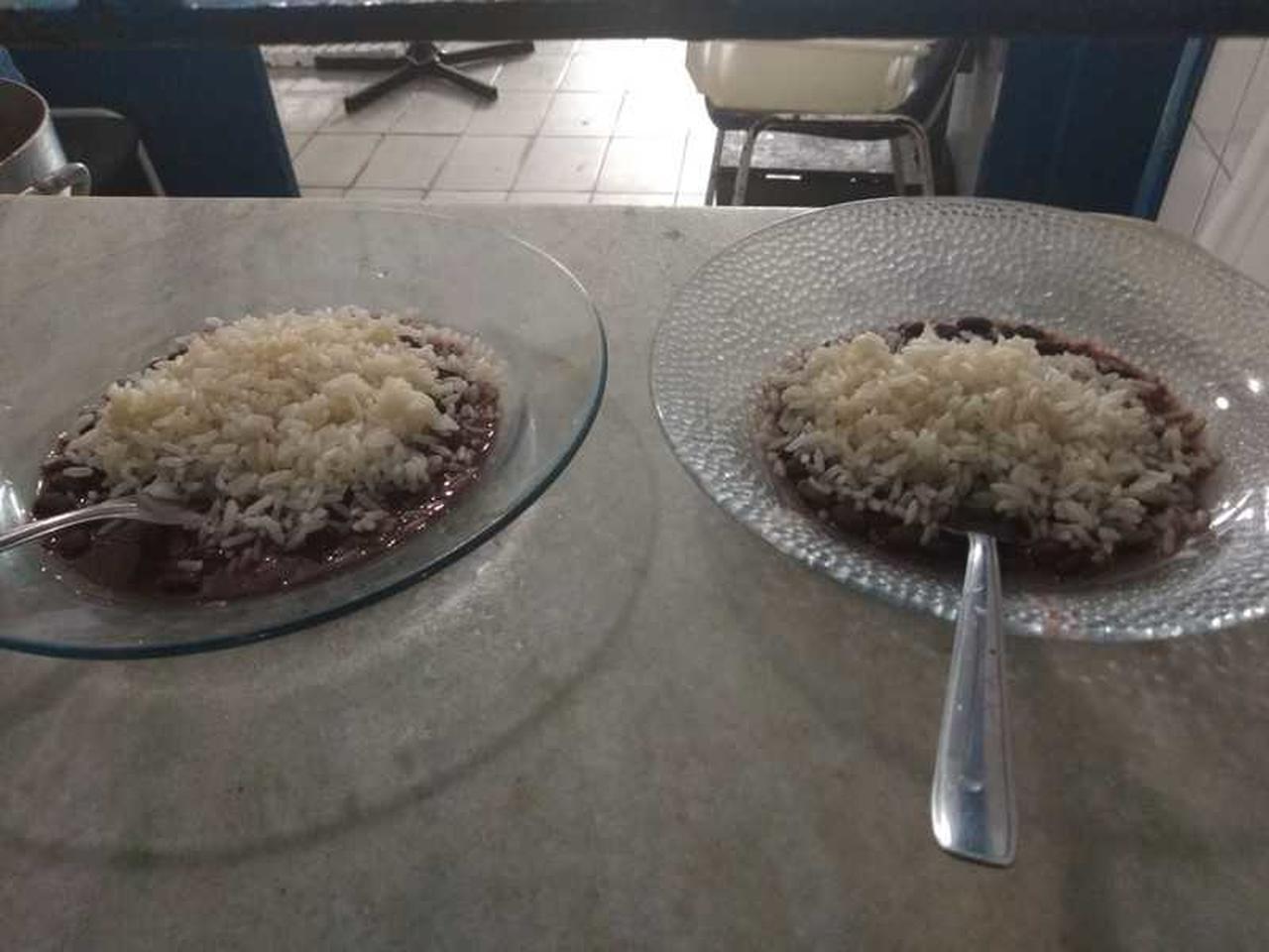 Mulher descobre que marido coloca feijão por baixo do arroz e pede divórcio