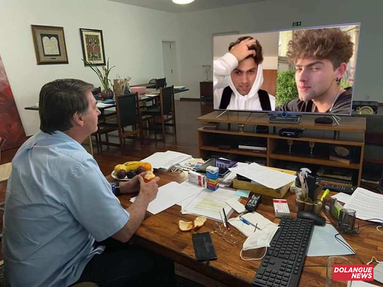 Bolsonaro contrata galã do tiktok para ensiná-lo técnicas para seduzir povo brasileiro
