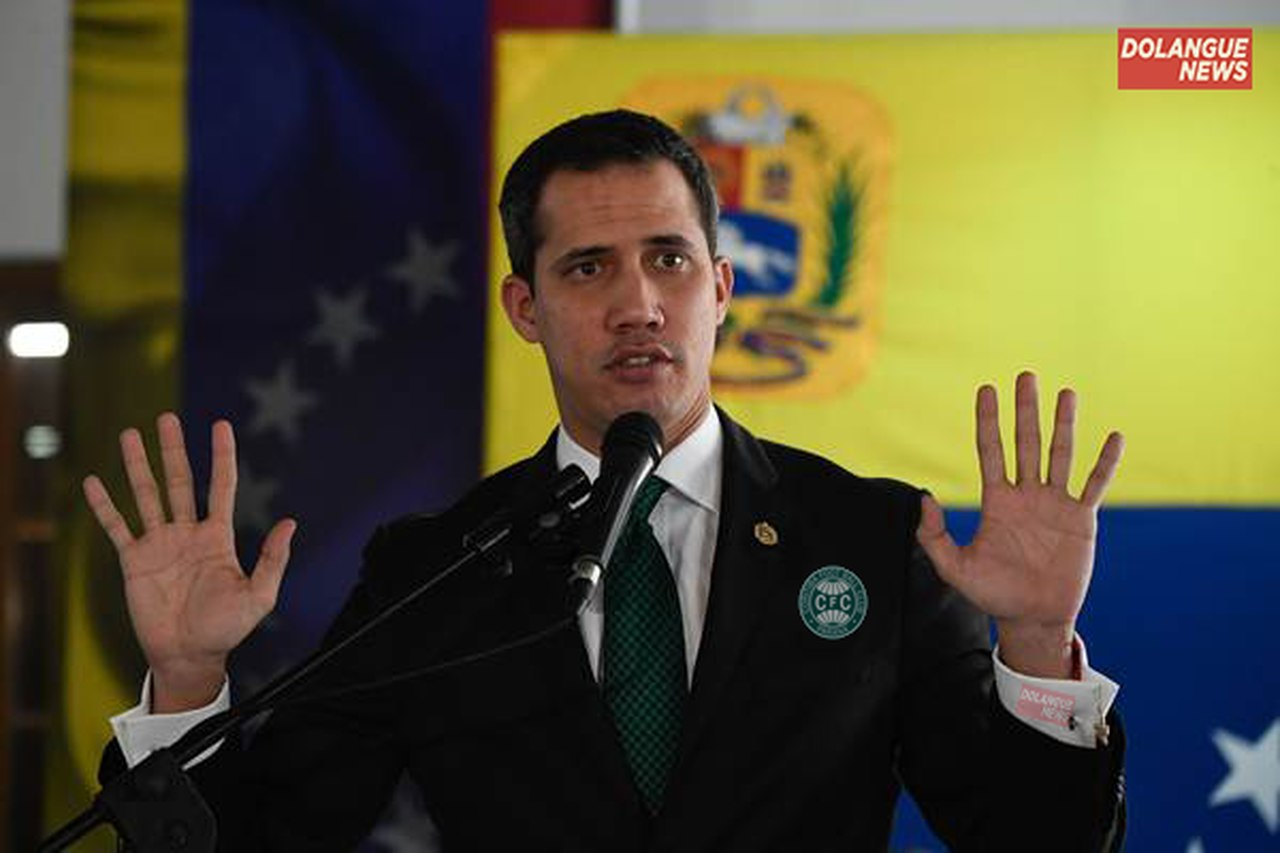 Juan Guaidó se autoproclama técnico do Coritiba