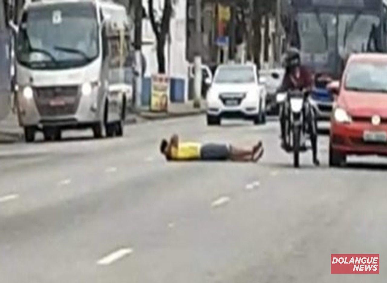 """Homem protesta contra Covid e deita na rua: """"Só saio daqui quando tiver a vacina"""""""