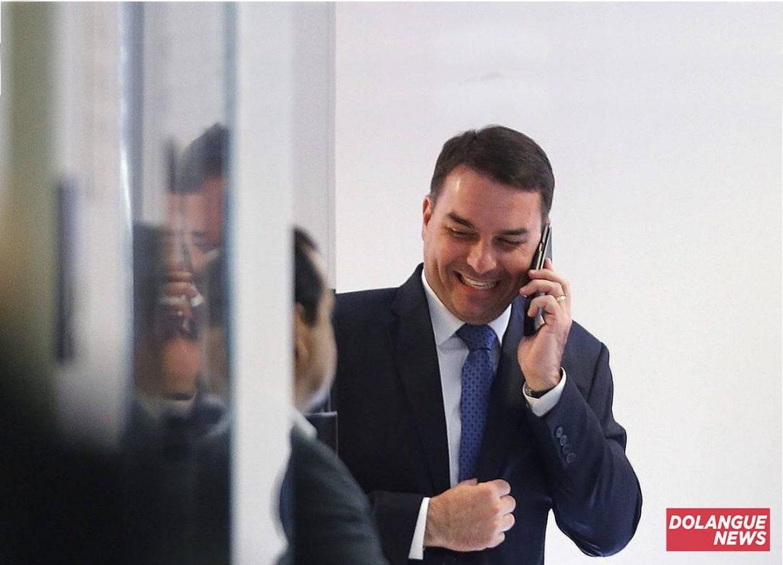 Flávio Bolsonaro não contém as lágrimas após anúncio do fim da corrupção