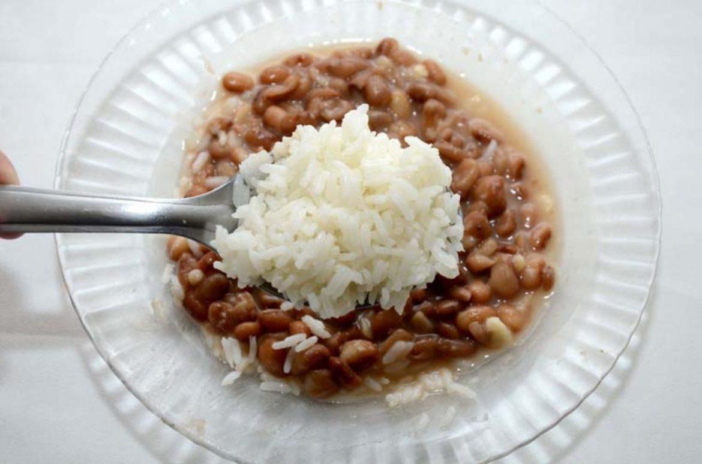 Pessoas que colocam feijão por baixo do arroz serão as últimas a serem vacinadas, informa OMS