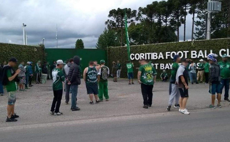 Em protesto, torcedores invadem CT do Coritiba e vencem jogo treino por 4 a 1